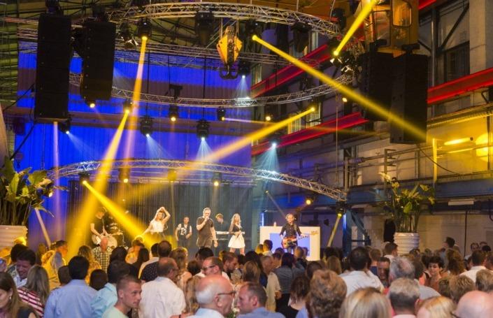 Smile verhuurt licht en geluidsapparatuur voor optredens van artiesten.