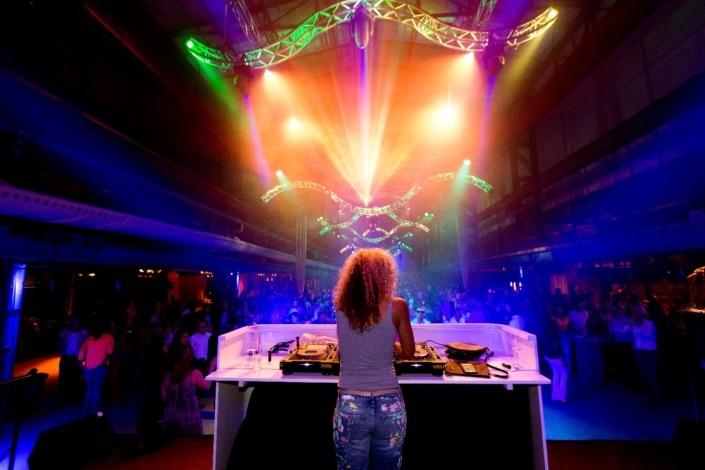 Zakelijk arrangement - verhuur van licht, video en geluid tijdens SAIL Amsterdam met oa. Fajah Lourens.