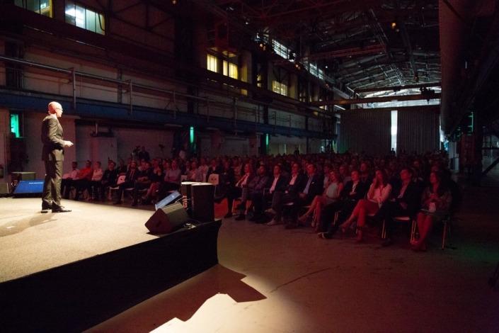 Smile heeft op dit evenement in de Kromhouthal de techniek verzorgd; videotechniek, spraakversterking en belichting.